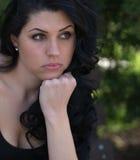 Pensamento e preocupação da jovem mulher Imagem de Stock