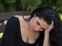 Pensamento e preocupação da jovem mulher Imagem de Stock Royalty Free