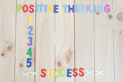 pensamento e sucesso positivos no fundo de madeira Foto de Stock