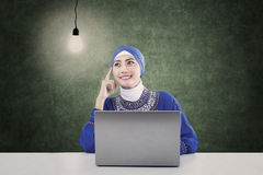 Pensamento muçulmano bonito sob a lâmpada na classe Fotografia de Stock Royalty Free