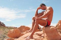Pensamento muscular atlético 'sexy' do homem foto de stock