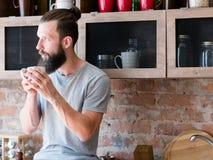 Pensamento quente do copo do moderno da apreciação da bebida da manhã fotos de stock