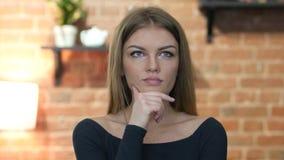 Pensamento, retrato da moça bonita vídeos de arquivo