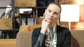 Pensamento, retrato da mulher de negócio no escritório filme