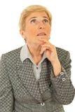 Pensamento sênior da mulher de negócio Imagens de Stock