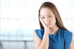 Pensamento triste da mulher Fotos de Stock
