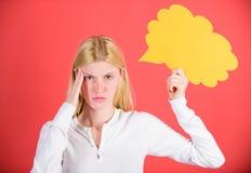 Pensamentos da mulher adorável pensativa Decisão e solução Resolva o problema O que está em sua mente Faça a decisão sugestão fotos de stock