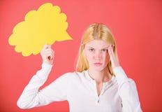 Pensamentos da mulher ador?vel pensativa Decis?o e solu??o Resolva o problema O que est? em sua mente Fa?a a decis?o sugest?o imagens de stock
