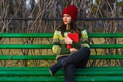 Pensamentos da tarde no banco no parque Fotos de Stock