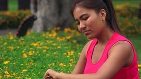 Pensamiento adolescente femenino confuso impaciente en parque almacen de video