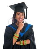 Pensamiento adulto graduado del estudiante del indio Fotos de archivo libres de regalías