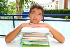 Pensamiento agujereado adolescente del estudiante del muchacho con los libros Imágenes de archivo libres de regalías