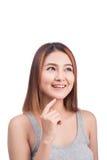 Pensamiento asiático atractivo de la mujer aislado en el fondo blanco Imagen de archivo
