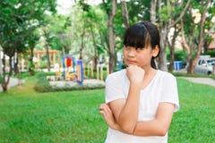 Pensamiento asiático de la muchacha Fotografía de archivo