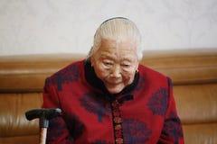 Pensamiento asiático silencioso de la mujer mayor del chino 90s Fotos de archivo libres de regalías