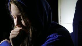 Pensamiento cercano de la muchacha adolescente triste en algo Cierre para arriba 4k UHD metrajes