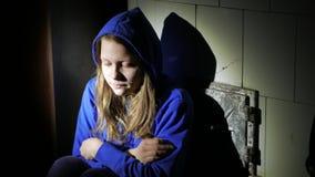Pensamiento cercano de la muchacha adolescente triste en algo 4k UHD almacen de metraje de vídeo