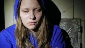 Pensamiento cercano de la muchacha adolescente triste en algo y griterío Cierre para arriba 4k UHD almacen de metraje de vídeo
