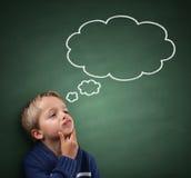 Pensamiento con la burbuja del pensamiento en la pizarra Imágenes de archivo libres de regalías