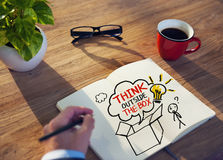 Pensamiento de Brainstorming About Creative del hombre de negocios fotos de archivo