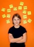 Pensamiento de la chica joven y notas pegajosas Fotografía de archivo libre de regalías