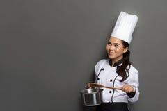 Pensamiento del cocinero de la mujer joven Fotografía de archivo