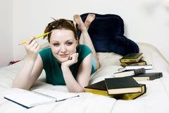 Pensamiento del estudiante femenino Foto de archivo libre de regalías