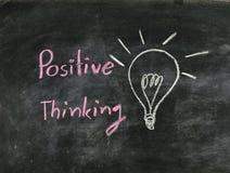 Pensamiento del positivo de la palabra y bombilla Fotografía de archivo