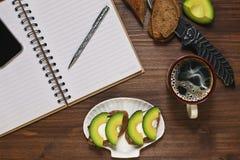 Pensamiento en planes durante el almuerzo Foto de archivo