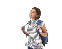 Pensamiento feliz sonriente de la mochila de la muchacha latina hermosa y de moda del estudiante que lleva en futuro Imagenes de archivo