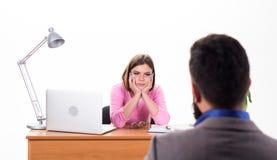Pensamiento futuro Entrevistador bonito que habla con el candidato de trabajo en el departamento de la hora Hombre que solicita t fotografía de archivo