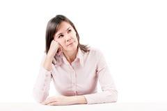 Pensamiento hermoso joven de la mujer de negocios. Fotografía de archivo