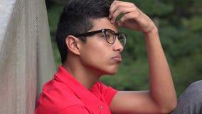 Pensamiento hispánico adolescente inteligente del muchacho Fotos de archivo