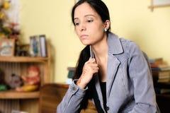 Pensamiento indio del estudiante ella es triste y confusa sobre estudios y el resultado futuro Fotos de archivo