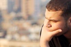 Pensamiento joven árabe del hombre de negocios Imágenes de archivo libres de regalías