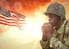 Pensamiento militar contra puesta del sol y bandera americana Imagenes de archivo