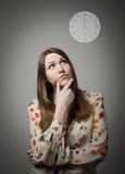 Pensamiento Mujer joven y reloj fotografía de archivo