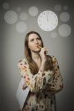 Pensamiento Mujer joven y reloj fotos de archivo
