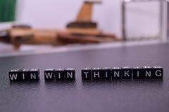 Pensamiento provechoso para ambas partes en bloques de madera imagen de archivo libre de regalías