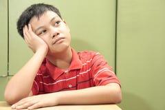Pensamiento/que se pregunta del muchacho Imagen de archivo