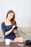 Pensamiento que se sienta del estudiante de mujer mientras que estudia Fotografía de archivo