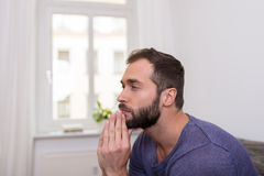 Pensamiento que se sienta del hombre barbudo preocupante Fotos de archivo