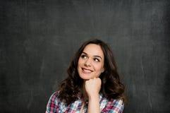 Pensamiento sonriente de la muchacha imágenes de archivo libres de regalías