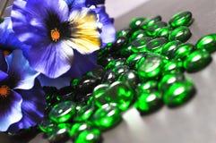 Pensamiento y gemas verdes Imágenes de archivo libres de regalías