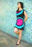 Pensamiento y magro bastante asiáticos solos de la muchacha en la pared Fotografía de archivo libre de regalías