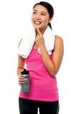 Pensamiento y sonrisa femeninos asiáticos jovenes sonrientes Imagen de archivo libre de regalías