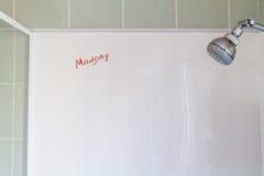 Pensamientos de lunes en la ducha de la mañana Foto de archivo libre de regalías