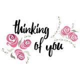 Pensando en usted tarjeta de letras de la tipografía con las rosas, la hoja y la rama pintadas a mano Tarjeta de felicitación hec Fotos de archivo
