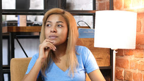 Pensando, muchacha afroamericana pensativa Foto de archivo