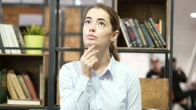 Pensando, mujer de negocios pensativa, oficina interior metrajes